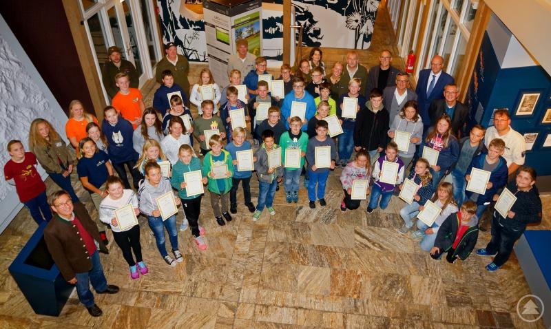 Gruppenfoto mit Urkunde: Der 20. Junior-Ranger-Jahrgang mit Rangern und Ehrengästen im Hans-Eisenmann-Haus.