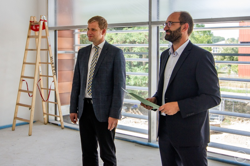 Stefan Singer vom Referat für Bauangelegenheiten des Bezirks führte durch das neue Gebäude der Sozialverwaltung und erläuterte den Verlauf der Bauarbeiten, im Bild rechts Bezirkstagspräsident Dr. Olaf Heinrich.