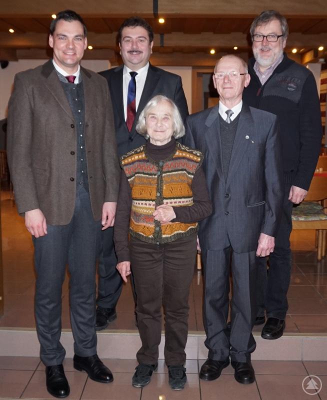v. l.: Landrat Sebastian Gruber, 2. Bürgermeister Max Ertl, Ingrid Linhard, Michael Glashauser, 1. Bürgermeister Leopold Ritzinger