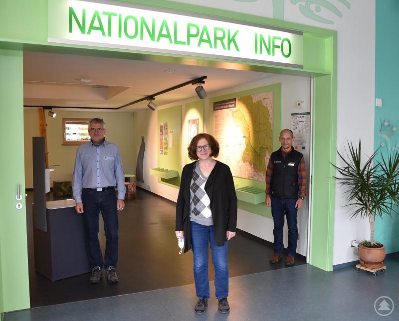 Freuen sich über die Neugestaltung der Nationalpark-Infostelle im Glasmuseum Frauenau: Kurt Joachimsthaler (Leiter der Touristinfo), Museumsdirektorin Karin Rühl und Achim Klein (Leiter Haus zur Wildnis).