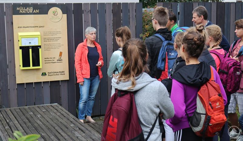 Zusammen mit den Neuntklässlern des Landgraf-Leuchtenberg-Gymnasiums nahm Nationalparkmitarbeiterin Karin Kirchner den ersten Kippen-Kasten in Betrieb.