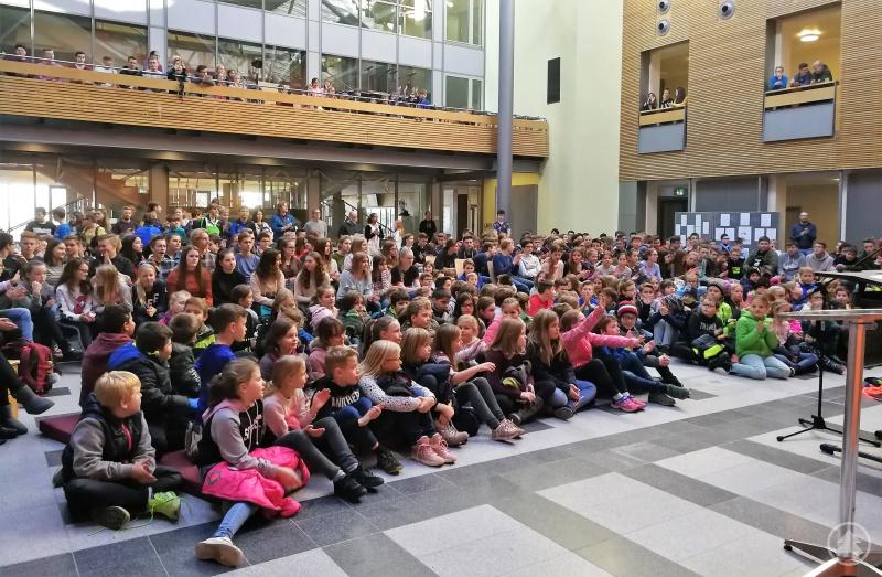 Schülerinnen und Schüler fast aller Klassenstufen durfte Schulleiterin Barbara Zethner anlässlich des Weltvorlesetags in der Aula des Gymnasiums Freyung begrüßen.