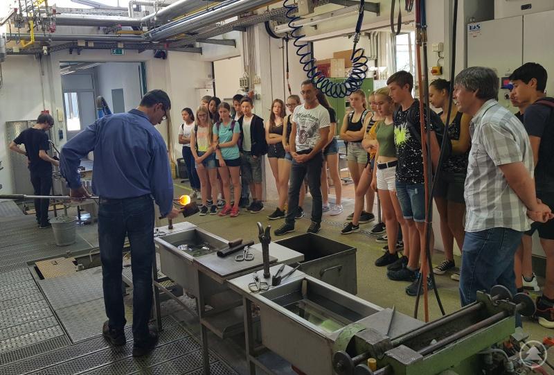 Fachlehrer Josef Reitberger erläutert die einzelnen Schritte bei der Herstellung eines Trinkglases. (rechts: Josef Kilger, Mittelschule Viechtach; Mitte: Josef Reitberger, Glasfachschule Zwiesel)