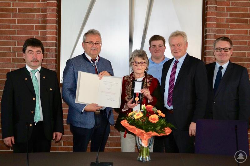 Rosa Bauer mit der Bundesverdienstmedaille – eingerahmt von Salchings Bürgermeister Alfons Neumeier, Landrat Josef Laumer, ihrem Enkel Alexander, MdB Alois Rainer und MdL Josef Zellmeier (von links).