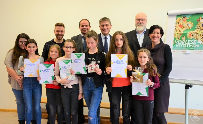 Die Juroren freuten sich mit den Siegerinnen beim Vorlesewettbewerb an der Staatlichen Realschule Grafenau.