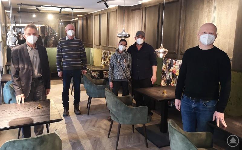 Hotelöffnung zu Ostern gefordert: (v. links n. rechts) MdL Walter Taubeneder im Austausch mit Wolfgang Off, Daniela und Michael Lealahabumrung (Kurhotel Wittelsbach) und Günter Köck (Thermalresort Köck).