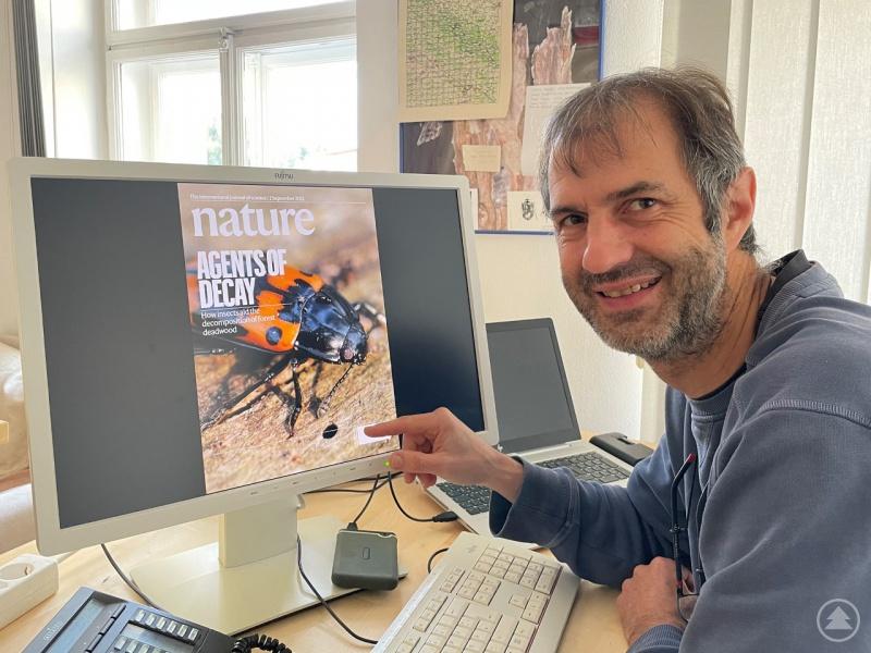 """Prof. Jörg Müller, Leiter des Sachgebietes Naturschutz und Forschung im Nationalpark, freut sich, dass es die Studie bis aufs Titelblatt der """"Nature"""" geschafft hat."""