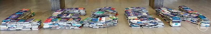 Diese Installation von Kunstlehrer Franz Häuslmeier im Eingangsbereich des Gymnasiums Freyung führte das Motto des Weltvorlesetags bildlich vor Augen: Lesen!