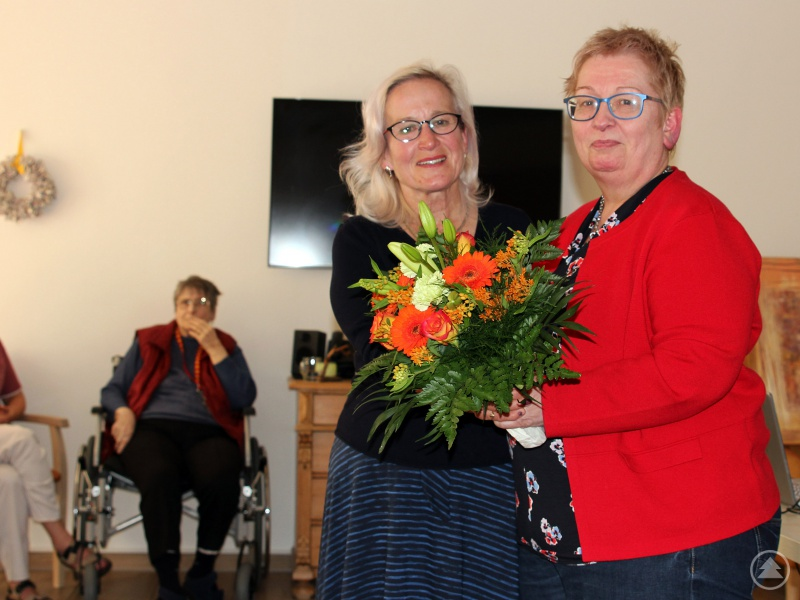 """""""Leben ist immer mit Loslassen verbunden"""", sagt Heidemarie Horenburg (li.) und bringt so den Weg eines jeden Menschen auf den Punkt. Iris Paternoster, die Leiterin des Seniorenheimes, bedankte sich bei ihr für ihr Referat."""
