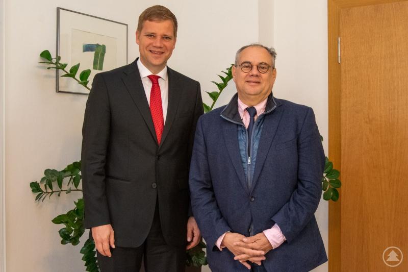 Bezirkstagspräsident Dr. Olaf Heinrich (l.) mit dem französischen Generalkonsul Pierre Lanapats.