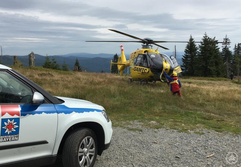 Der Rettungshubschrauber wird von einem Bergretter eingewiesen.