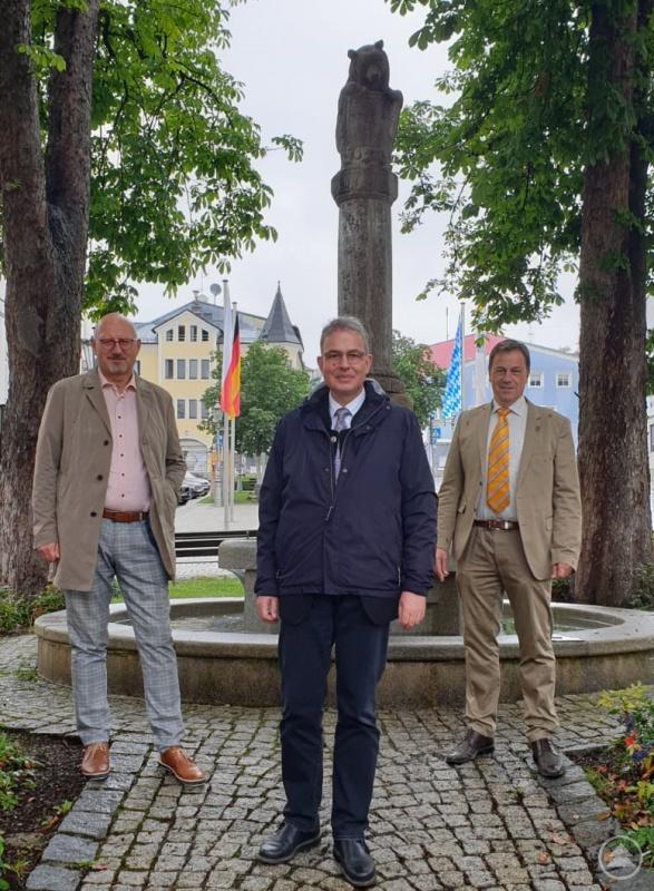 v.l. MdL Manfred Eibl, Florian Streibl (Fraktionsführer der Landtagsfraktion der Freien Wähler) und Alexander Mayer (Bürgermeister der Stadt Grafenau)
