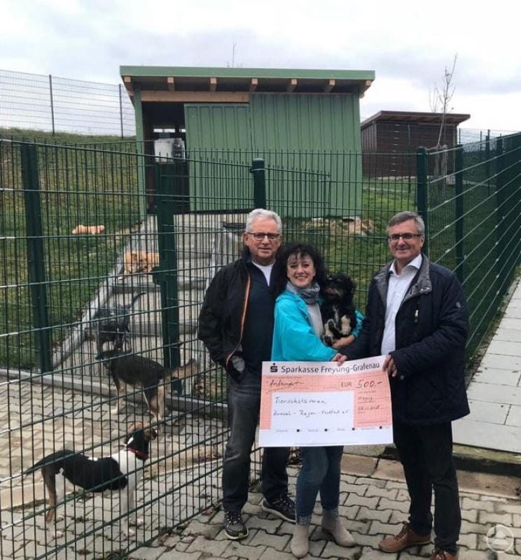 """Gaby Wunner, die """"Seele"""" des Tierheims Regen und ihr Vorstandskollege Rudolf Radlbeck freuen sich über die Spende von MdL Alexander Muthmann."""