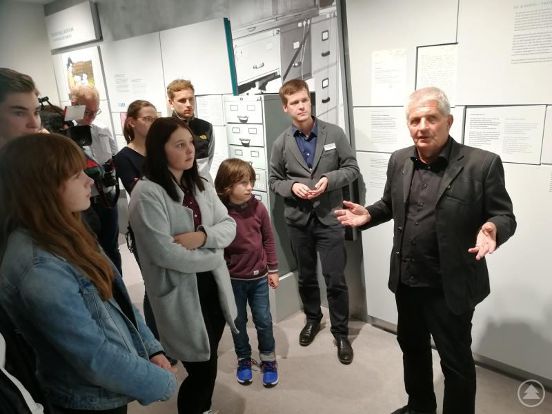 Roland Jahn, BStU seit 2011, erzählte beim Rundgang durch das Stasi-Museum auch viel aus seiner bewegenden Lebensgeschichte. Das begleitende Kamerateam vom RBB fertigte einen Beitrag, der in der Abendschau am 2. Mai gesendet wurde.