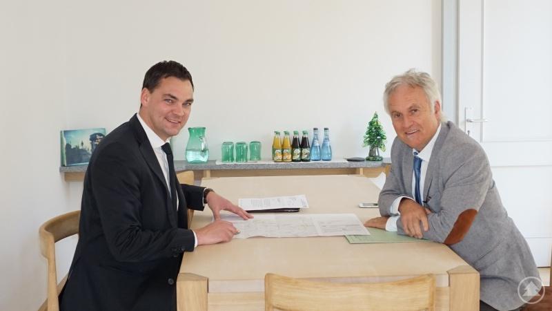 (v. l.) Landrat Sebastian Gruber im Gespräch mit dem Leiter des Staatlichen Bauamtes Passau Robert Wufka.