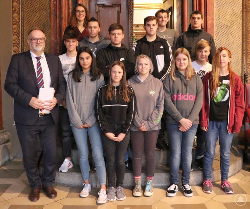 Demokratie ist wichtig. Darin sind sich Oberbürgermeister Jürgen Dupper (links), die Schülergruppe der Mittelschule St. Nikola und die begleitende Lehramtsstudentin Sandra Lang (hinten, links) einig.