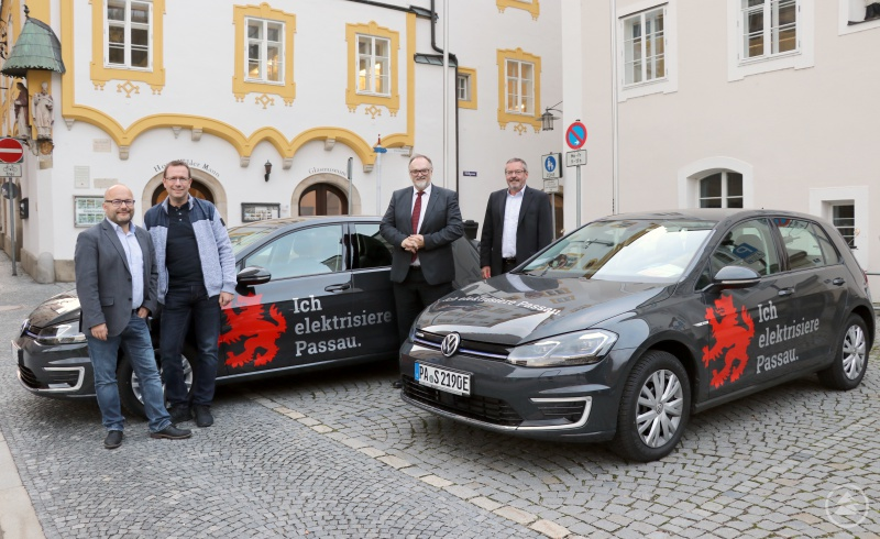 Oberbürgermeister Jürgen Dupper (2. von rechts) begutachtet mit Hauptamtsleiter Robert Firmhofer (von rechts), Ordnungsamtsleiter Erik Linseisen und dem stellvertretenden Abteilungsleiter des Jugendamts Dr. Florian Krammer die Neuanschaffungen.
