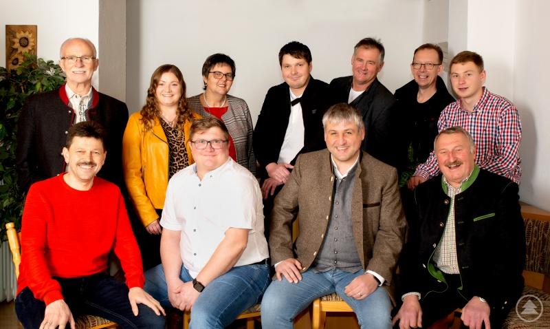 Die Gemeinderatskandidaten der CSU Schöfweg: (hinten; v. links n. rechts) Herbert Veit, Sandra Hobelsberger,  Angelika Schmid, Bürgermeisterkandidat Markus Hies, Manfred Zeintl, Ingo Müller, Simon Greipl,  (vorne; v. links n. rechts) Frank Füller, Christian Sigl, Mario Hobelsberger und Reinhard Schiller.