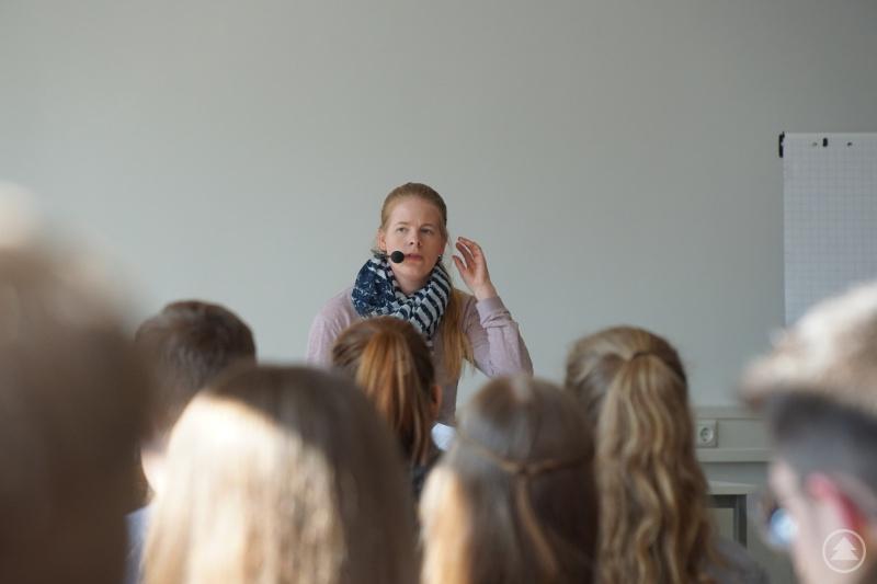 Sandra Norak fesselt und schockiert mit ihrem Erfahrungsbericht ihre Zuhörer.