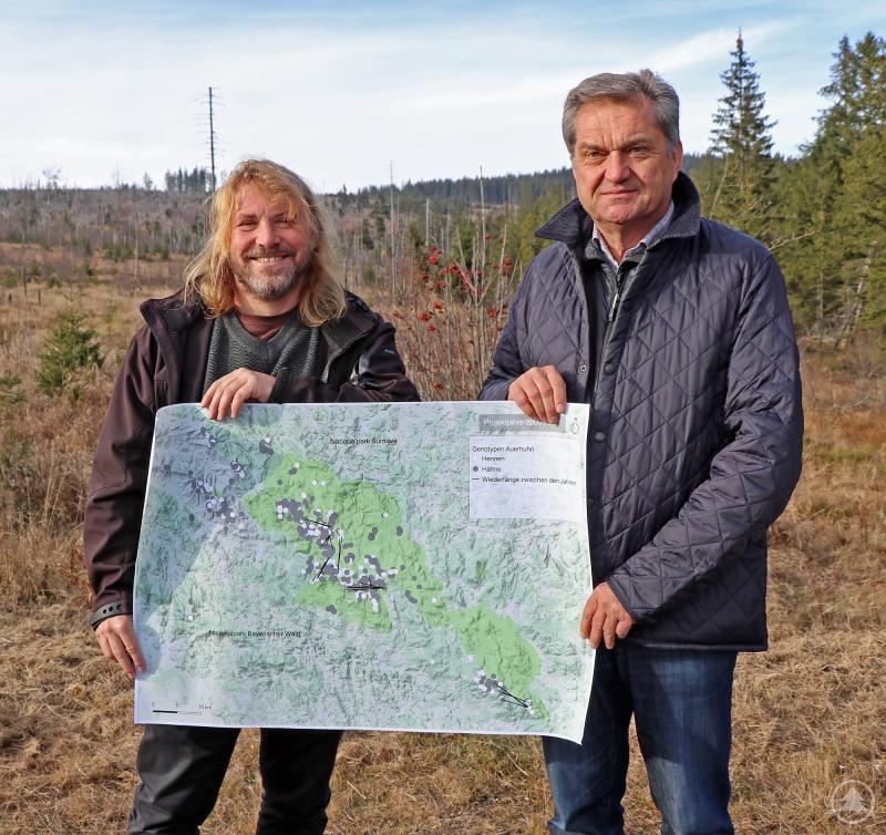 Die Nationalparkleiter Pavel Hubený (links) und Dr. Franz Leibl mit einer Karte, auf der die Auerhuhn-Nachweise eingezeichnet sind. Kern der Population ist der gemeinsame Grenzkamm.