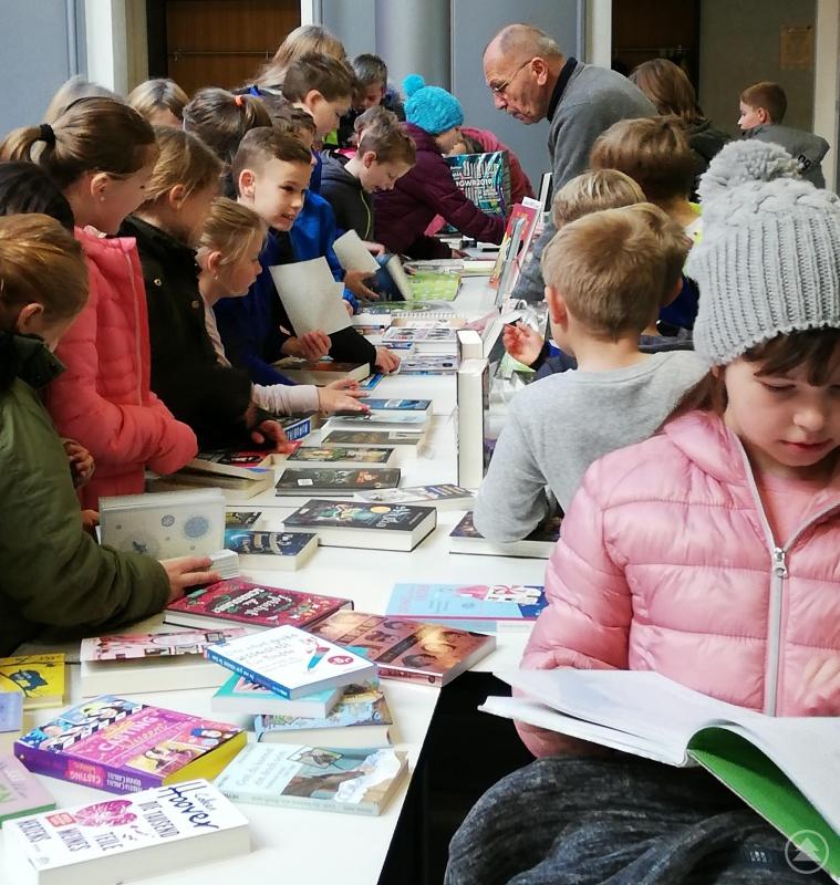 Großes Interesse herrschte stets an der Büchertheke von Bücher Lang.