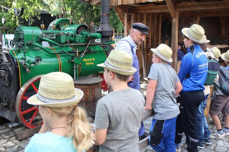 Das Museum öffnet nicht nur seine Pforten, es gibt auch Angebote, wie das Holzbretterschneiden mit der Dampfmaschine.