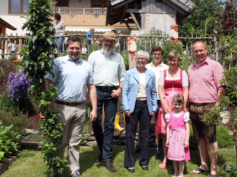 Gruppenbild in Moosbach (v.li.): Bürgermeister Andreas Eckl, Klaus Eder, Landrätin Rita Röhrl, Gisela Schedlbauer (die Vorsitzende des Gartenbauvereins Moosbach), mit den Gartenbesitzern Andrea und Anton Voitl und der kleinen Julia.