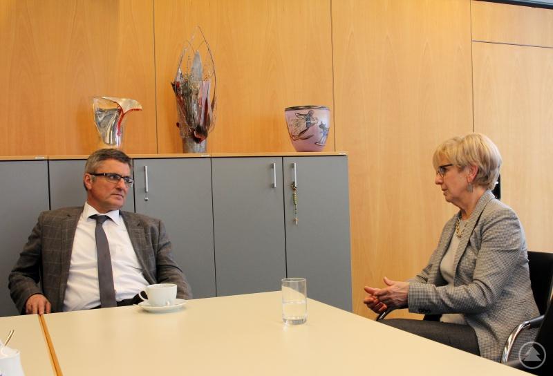Der Abgeordnete Alexander Muthmann im Gespräch mit Landrätin Rita Röhrl.