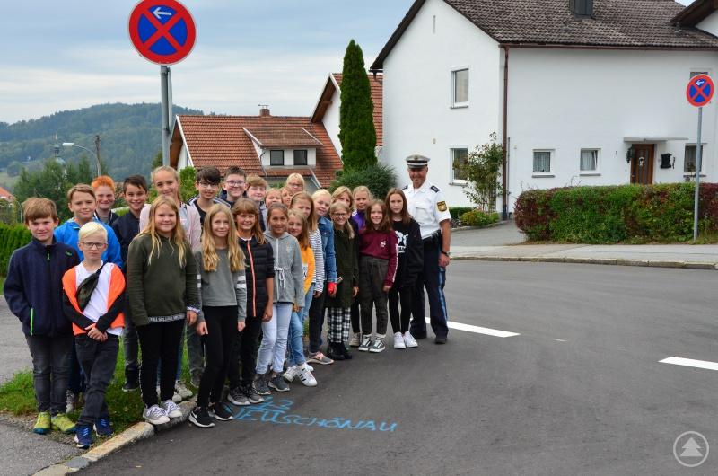 """""""Absolut bedeutet: Hier darfst du morgens auch nicht nur schnell mal aussteigen!"""" Herr König erklärte den interessierten Schülern der fünften Jahrgangsstufe die wichtigsten Verkehrsregeln in der Nähe des Schulzentrums."""