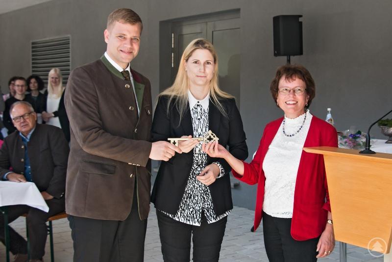 Bei der Schlüsselübergabe von links: Bezirkstagspräsident Dr. Olaf Heinrich, Architektin Angelika Greßmann und Irmgard Kaltenstadler, Leiterin der Sozialverwaltung.