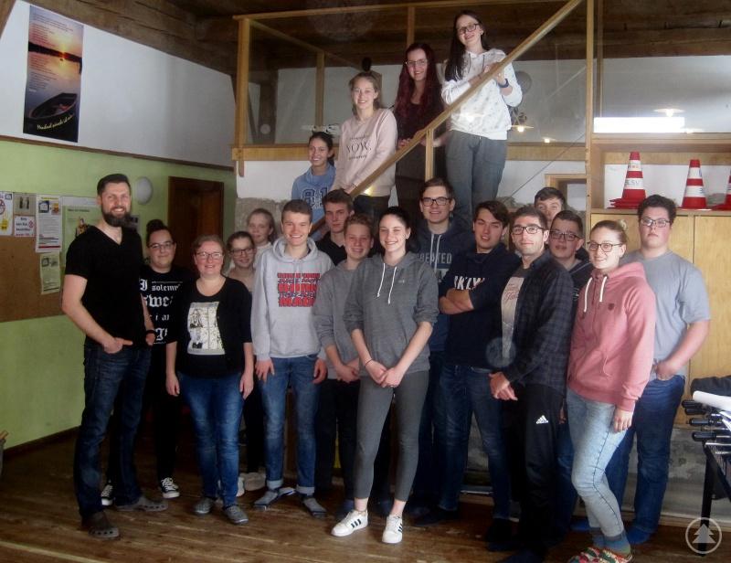 Konnten viele neue Ehrenamtliche beim ersten Betreuerseminar im Jugendhaus Abtschlag begrüßen: Kommunaler Jugendpfleger Dirk Reichel (links) und die Geschäftsführerin des Kreisjugendrings Anna Stobbe (3.v.li.).