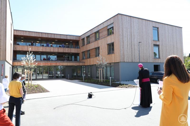 Zum Gedenktag der Seligen Gisela am 7. Mai. Bischof Stefan Oster (SDB) besucht die Bewohnerinnen und Bewohner in der Caritas Senioren- und Pflegeeinrichtung St. Gisela in Waldkirchen. Die Einrichtungsleiterin Michaela Meindl (re.) freute sich über die Begegnung.