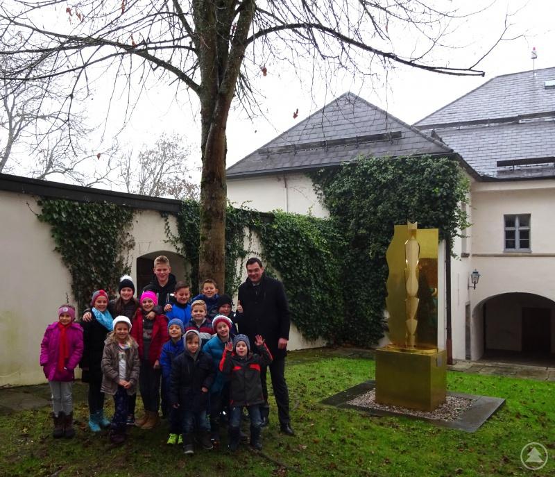 Landrat Sebastian Gruber mit den Kindern der Landkreisbeschäftigten im Innenhof des Schlosses Wolfstein