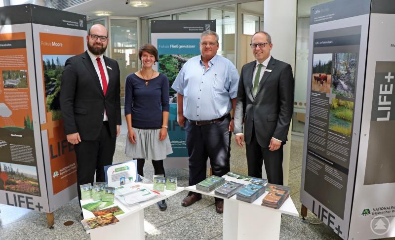 Eröffneten die Ausstellung zum LIFE+ Projekt: Markus Roth (Sparkasse), Claudia Schmidt (Nationalpark), Bürgermeister Max Niedermeier und Dietmar Attenbrunner (Sparkasse).