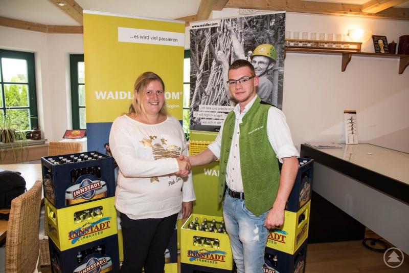Gewinnerin Carina Bredl mit WAIDLER.COM-Regionalleiter Erich Rosenberger