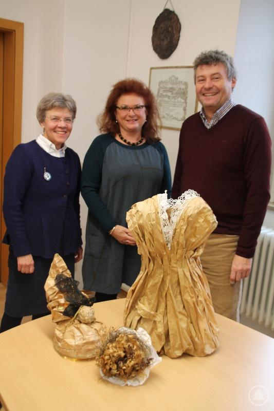 v.l.: Künstlerin Regine Staudt, Dritte Bürgermeisterin Erika Träger, Kulturamtsleiter Horst Matschiner
