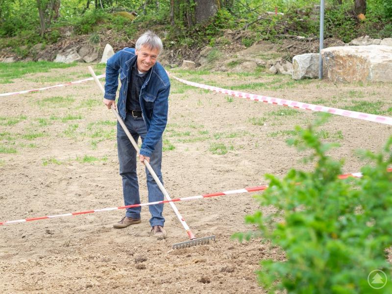 Karl Filsinger, Lehrer am sozialpädagogischen Förderzentrum in Waldkirchen, sät eine mehrjährige Mischung aus Wildkräutern und von den Schülern selbst gesammelte Wiesenblumensamen an.