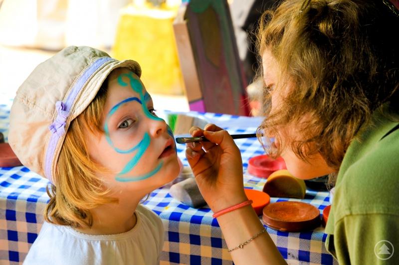 Das Kinderschminken wird sicherlich bei den jüngeren Besuchern sehr beliebt sein.