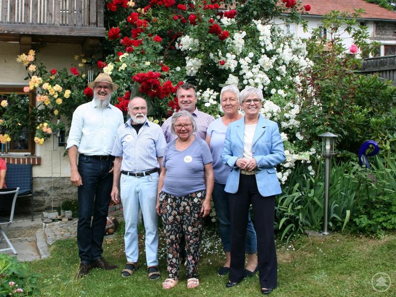 Über den großen Zuspruch am Tag der offenen Gartentür freuten sich gemeinsam (von rechts) Landrätin Rita Röhrl, Gartenbauvereinsvorsitzende Rosi Raith, Bürgermeister Alois Wildfeuer, Veronika und Jo Dalloz und Gartenfachberater Klaus Eder.