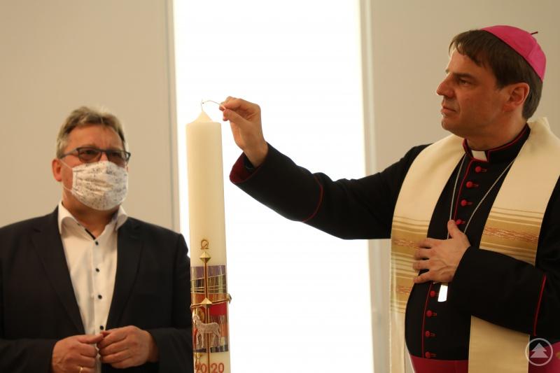 """In der neuen Kapelle als """"Herz des Hauses"""" entzündete der Bischof im Beisein von Caritasvorstand, Diakon Konrad Niederländer, die Osterkerze. Der Diakon hatte die Kerze als Zeichen für den auferstandenen Christus gestiftet."""