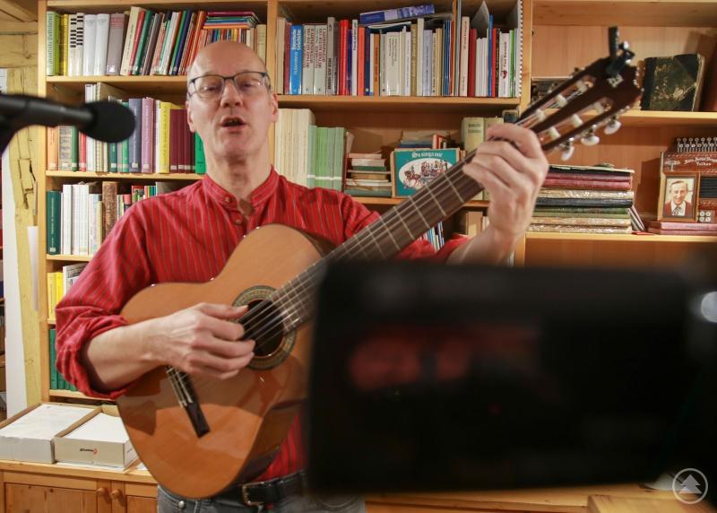 Franz Josef Schramm, Leiter der Beratungsstelle für Volksmusik in Franken (Eibelstadt), bringt Menschen bei seinen Online-Singstunden zusammen.