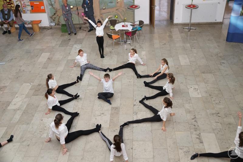 Die Tanzgruppe der Unterstufe begeistert mit Rhythmik und Tanzfreude