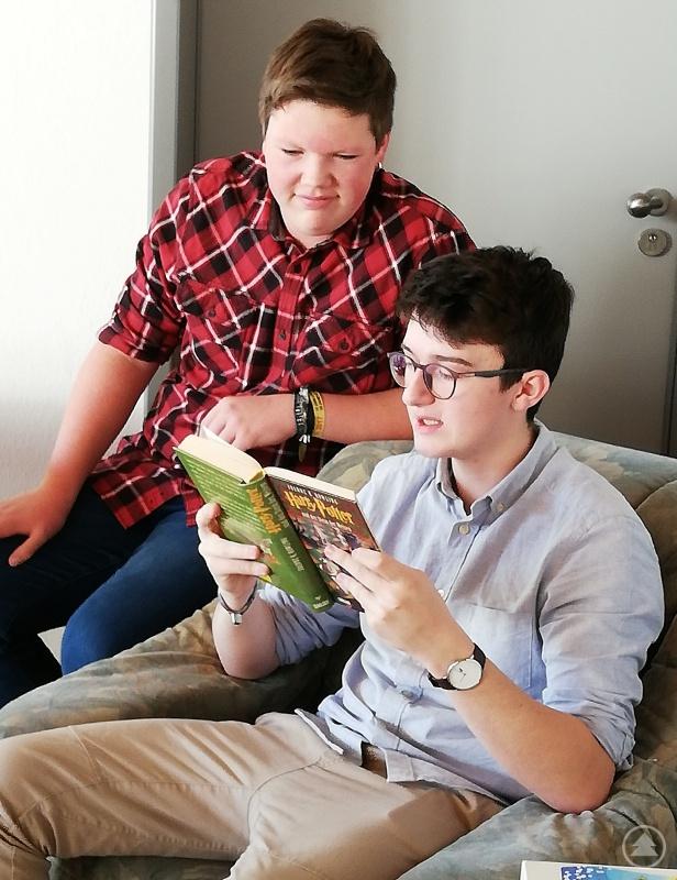 """Lukas Eider und Johannes Haintze (v. l.) lasen aus dem 1. Band der """"Harry Potter""""-Reihe vor."""