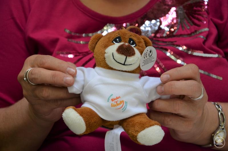 Der neue Teddy der Stiftung Kinderlächeln – angezogen von Mitarbeitern der Dreiflüsse-Werkstatt Passau.