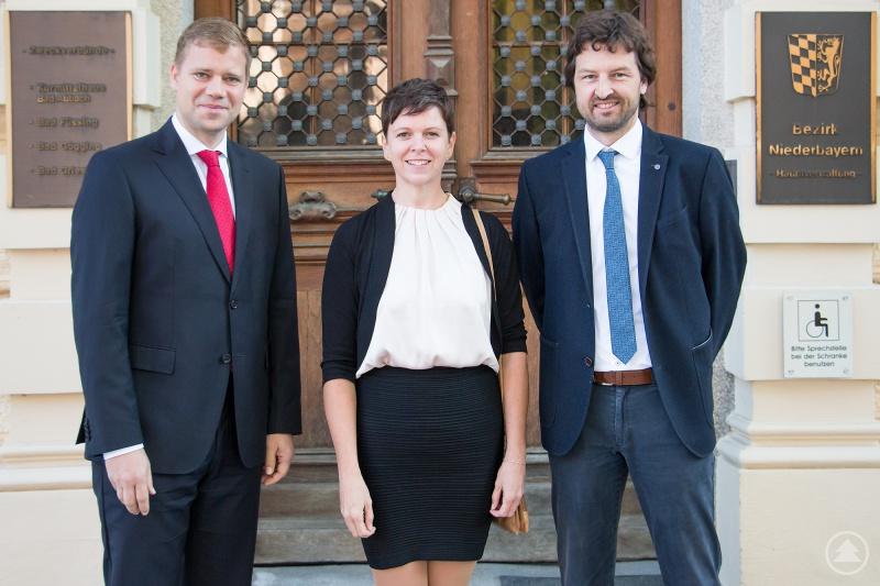 (v. l.): Bezirkstagspräsident Dr. Olaf Heinrich, Klimaschutzmanagerin Andrea Müller und Matthias Kopf, Leiter des Referats für Bauangelegenheiten des Bezirks Niederbayern