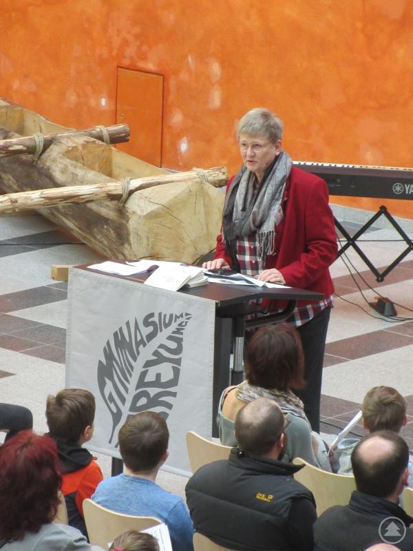 Schulleiterin Barbara Zethner begrüßte zunächst die Gäste im Innenhof der Aula und informierte im Anschluss die Eltern über die Besonderheiten der gymnasialen Bildung.