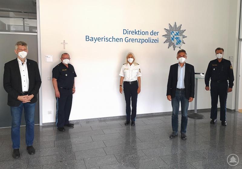 MdL Prof. Dr. Gerhard Waschler (1. v. links) und MdL Walter Taubeneder (2. v. rechts) informieren sich anlässlich eines Antrittsbesuchs bei der neuen Leiterin der Bayerischen Grenzpolizeidirektion, Annette Lauer (Mitte), über die Bilanz der Bayerischen Grenzpolizei in den ersten Jahren ihres Bestehens. (2. v. links: Polizeirat Fritz Grindinger; 1. v. rechts: Polizeidirektor Gerhard Schusser)
