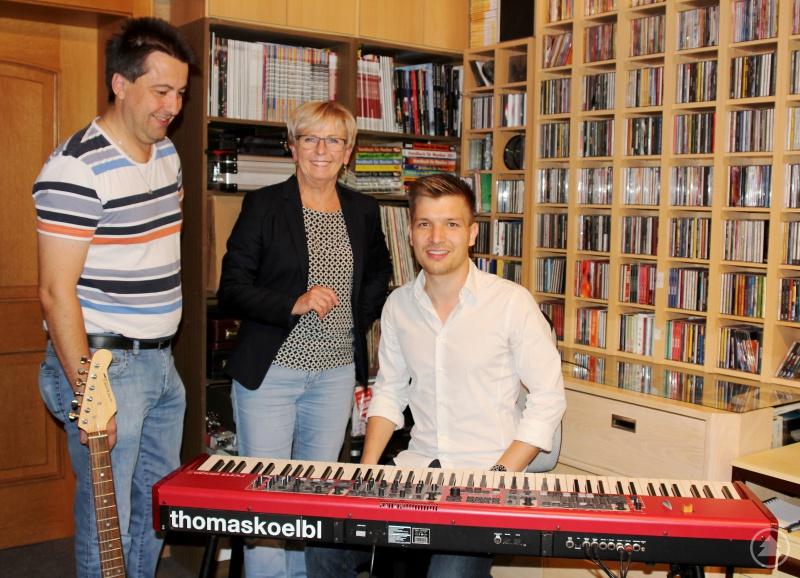 Landrätin Rita Röhrl und der Landkreiskulturbeauftragte Roland Pongratz mit dem neuen Rock-, Pop- und Jazzmusikbauftragten Thomas Kölbl (Mitte).
