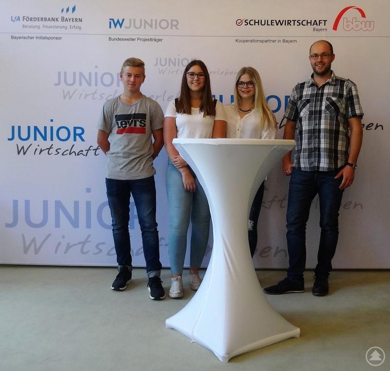 Die Freyunger Jungunternehmer (von links) Robin Schreiner, Verena Haydn und Stefanie Pauli mit ihrem P-Seminar-Lehrer StR Michael Resch in München.