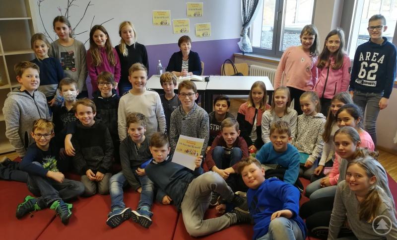 Die Klasse 5a war ganz happy nach der Lektüre mit ihrer Vorleserin Marina Reitmeier-Ranzinger, der Kulturreferentin des Landkreises Freyung-Grafenau.